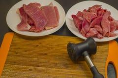 肉片和牛排在切板锤击 免版税库存图片