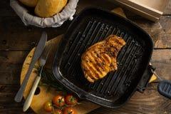肉片在格栅的在木桌上 免版税图库摄影