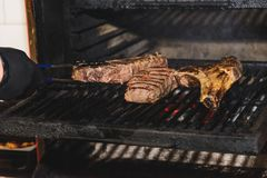 肉片在骨头的被烤 免版税库存照片