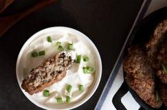 肉片球用在生铁的荞麦 健康的食物 免版税库存图片