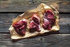 肉片,牛排用在木背景的香料 食物 图库摄影