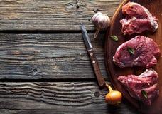 肉片,牛排用在木背景的香料 食物 免版税库存图片