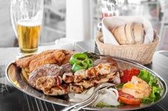 肉牛肉猪肉鸡和土耳其有烤菜的在一个大盛肉盘用油炸物,胡椒,蕃茄,茄子,烤 库存图片
