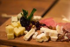 肉的乳酪和肉板材 图库摄影