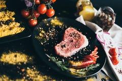 肉的食物食谱 快餐和菜作为装饰 蕃茄、橄榄、疏散的胡椒在白色餐巾和香料 图库摄影