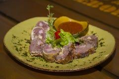 肉糕供食用莴苣和蕃茄 图库摄影