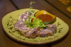 肉糕供食用莴苣和蕃茄 免版税库存照片