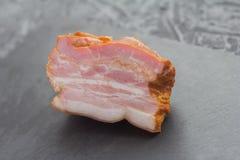 肉纤巧,在一个石委员会的熏制的胸肉 免版税库存照片