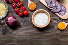 肉菜饭成份用米、盐、香料和蕃茄在木桌背景顶视图大模型 库存照片