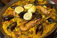 肉菜饭用米虾和淡菜在平底锅 免版税图库摄影