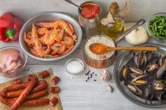肉菜饭的成份在白色抓了桌 免版税库存照片