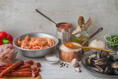 肉菜饭的成份在白色抓了水平的桌 图库摄影