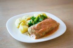 肉被充塞的圆白菜和土豆在一块板材在桌上 库存照片