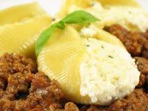 肉被充塞的意大利面食壳 免版税库存图片