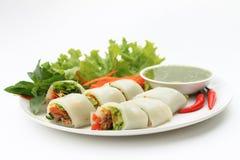 肉被包裹的面条蔬菜 免版税图库摄影
