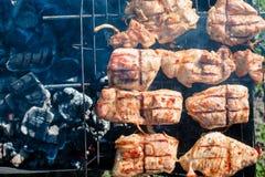 肉被烤在煤炭 免版税库存图片