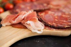 肉说谎在木桌上的开胃小菜开胃菜 免版税图库摄影