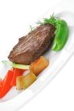 肉食物:烤牛肉小腓厉牛排在白色服务用新芽 库存图片