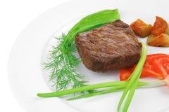 肉食物:烤牛肉小腓厉牛排在白色服务用新芽 免版税库存照片