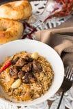 肉饭-米用肉和菜在桌上 与羊羔和大蒜zira的肉饭 免版税库存照片