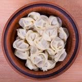 肉饺子-俄语煮沸的pelmeni 免版税库存照片