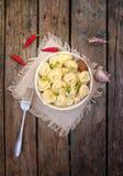 肉饺子-俄语煮沸的pelmeni 免版税图库摄影