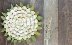 肉饺子-在木背景的俄国pelmeni 顶视图 库存照片
