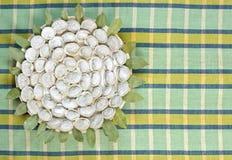 肉饺子-在毛巾的俄国pelmeni 顶视图 免版税库存照片