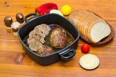 肉饼、面包和菜 免版税库存照片