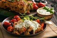 肉饼,希腊样式厨房,黑背景的 图库摄影