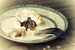肉馅饼和奶油与一把叉子在板材 免版税库存照片