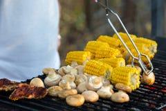 肉,蘑菇,玉米,烤玉米 室外烤肉,手举行 免版税库存照片
