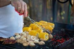 肉,蘑菇,玉米,烤玉米 室外的烤肉 手举行 库存照片