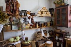 肉贮藏处在一个老房子里在国家 免版税库存照片