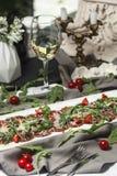 肉Carpaccio用西红柿和酒和白葡萄酒 免版税图库摄影