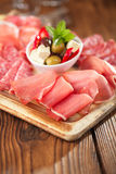 肉Cured肉, jamon,橄榄,香肠开胃小菜盛肉盘, 库存图片