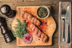肉lulia-kebab英王乔治一世至三世时期全国盘在一个木板的 图库摄影