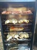 肉varety在一个电bbq吸烟者 库存照片