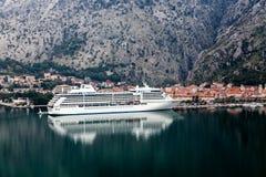 肋前缘巡航luminosa船 科托尔口岸 黑山 免版税库存图片