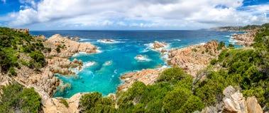 肋前缘的Paradiso,撒丁岛美好的海洋海岸线全景 免版税库存照片