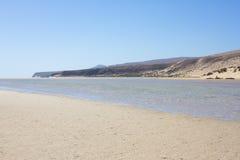 肋前缘Calma海滩,蓝色清楚的盐水湖难以置信的看法  Playa巴尔卡角,费埃特文图拉岛,加那利群岛,西班牙 免版税库存图片