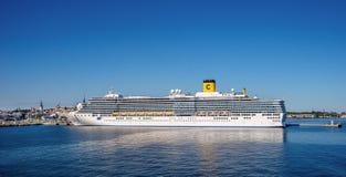 肋前缘Luminosa靠了码头在塔林港  免版税图库摄影