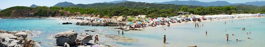 肋前缘Rei,意大利- 8月25 :海滩的未认出的人 免版税库存照片