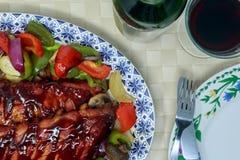 肋骨机架烹调了与烤肉汁和烘烤菜 免版税库存照片