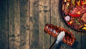 肋骨顶视图和新鲜的肉和菜在格栅 免版税库存照片