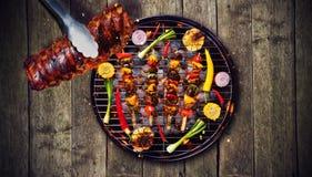 肋骨顶视图和新鲜的肉和菜在格栅 免版税库存图片