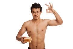 肌肉亚洲人装载气化器用一些面包显示得好 免版税库存图片