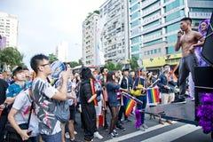 肌肉人在台北LGBTQIA自豪感的汽车,台湾站立了 2017年10月28日 库存照片