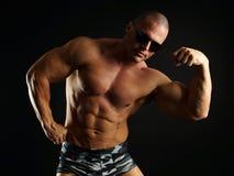肌肉人显示二头肌 库存照片