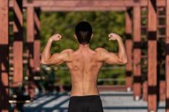 肌肉人的后面 免版税库存图片